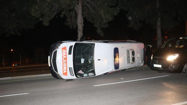 Ispartada ambulansla otomobil çarpıştı: 2 yaralı