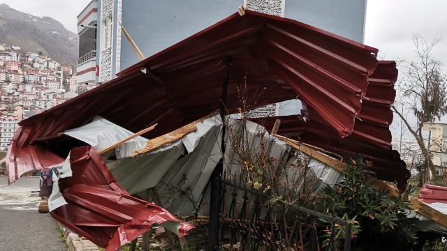 Orduda fırtına çatıları uçurdu