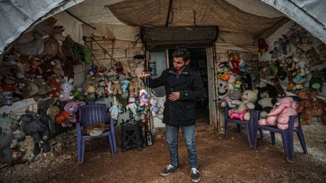Çadır kentin oyuncakçısı: Çocukların acısı yine de dinmiyor