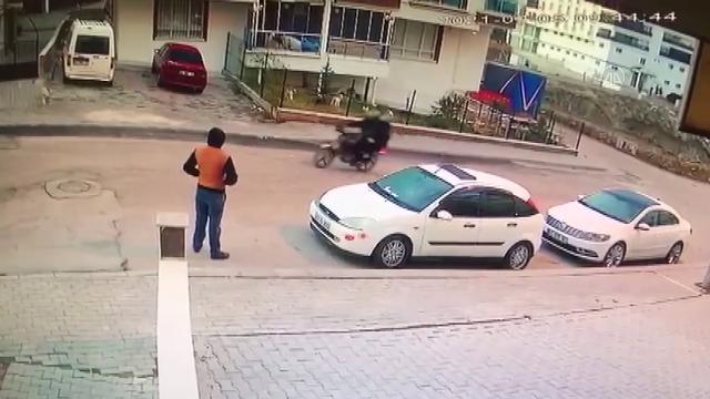 Ankarada yol kenarında bekleyen kişiye kurşun isabet etti