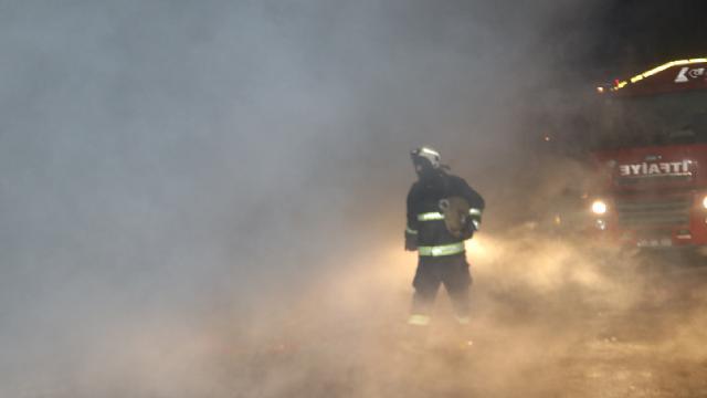 Ercişte yangın: 2 itfaiye eri ve 8 vatandaş yaralandı