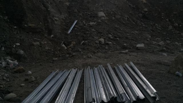 Adanada yoldaki demir bariyerleri çalan şüpheli yakalandı