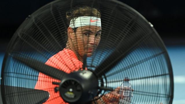 Tsitsipas, Nadalı geriden gelerek eledi