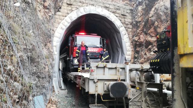 Demir yolu tünelinde çıkan yangına müdahale için itfaiye aracı vagona yüklendi