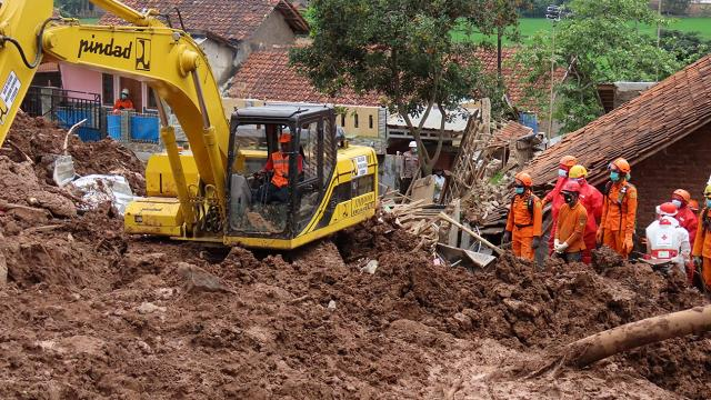 Endonezyadaki heyelanda hayatını kaybedenlerin sayısı 12ye yükseldi