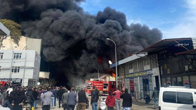 Hatayda fabrika yangını: Gökyüzünü duman kapladı