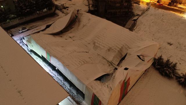 İstanbulda kar nedeniyle halı sahanın çatısı çöktü