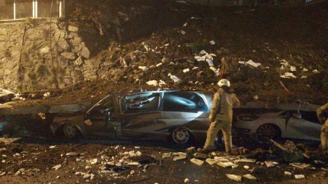 İstanbulda istinat duvarı çöktü, 4 araç kullanılamaz hale geldi