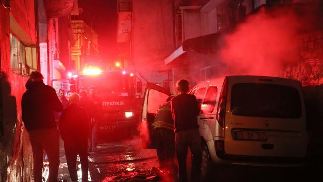 İzmirde yangın: 2 araç ve 1 iş yeri zarar gördü