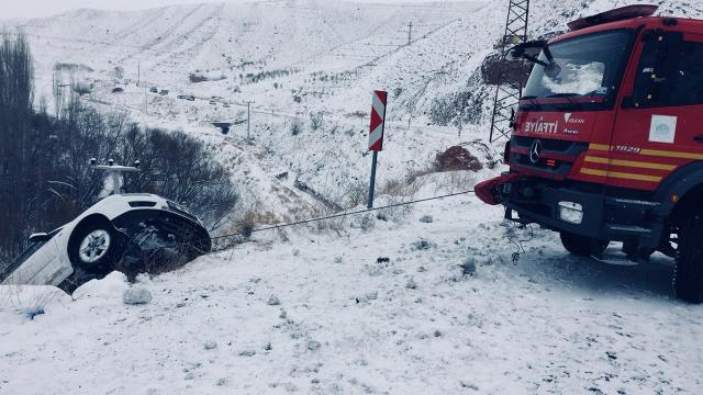 Otomobil uçurumda asılı kaldı, mahsur kalan 5 kişi kurtarıldı