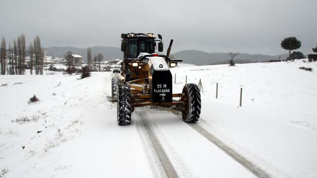 Uşakta kar yağışının etkili olduğu köy yollarında çalışmalar sürüyor