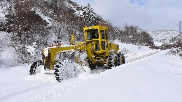 Erzurum ile Erzincanda kar nedeniyle 1237 yerleşim yerinin yolu kapandı