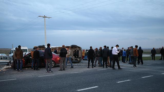 Diyarbakırda işçi servisi ile otomobil çarpıştı: 10 yaralı