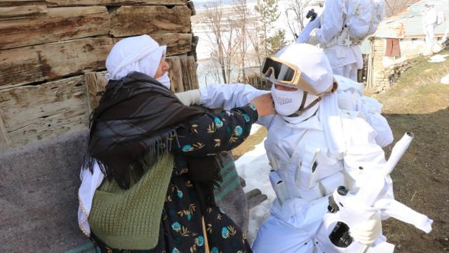 Erzincandaki komandolara köylülerden moral desteği