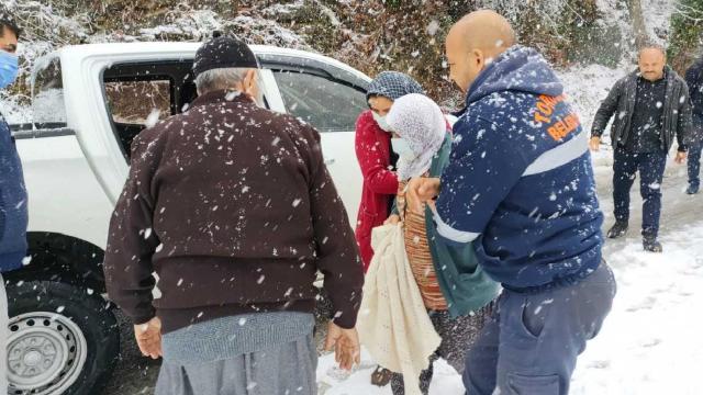 Mersinde karda mahsur kalan aileyi belediye ekipleri kurtardı