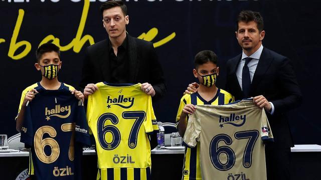 Mesut Özilin imzaladığı 3 forma rekor fiyata satıldı