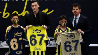 Mesut Özil'in imzaladığı 3 forma rekor fiyata satıldı