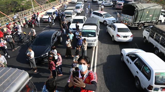 Darbe karşıtı Myanmarlılar yolları kapattı: Bozuk araba hareketi