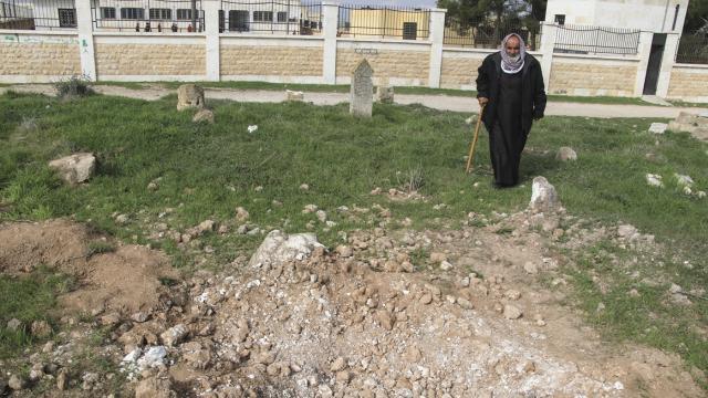 Münbiçteki PKK/YPGli teröristler şimdi de mezarlıkları hedefliyor