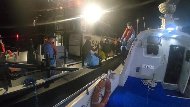 Lastik botla sürüklenen 41 sığınmacı kurtarıldı