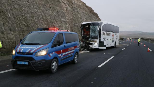 Şanlıurfada yolcu otobüsü tıra arkadan çarptı: 3 ölü, 30 yaralı