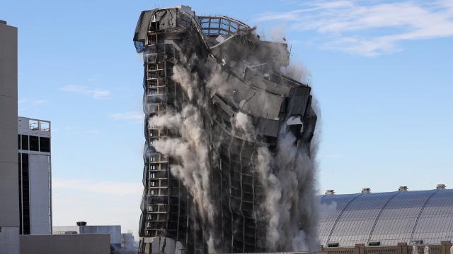 Donald Trumpın eski oteli yıkıldı