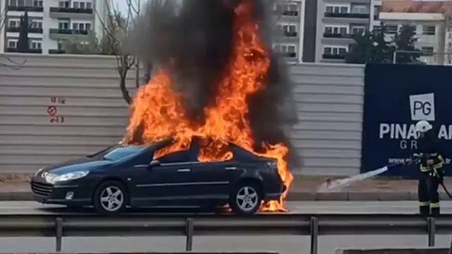 Antalyada seyir halindeyken alev alan otomobil yandı