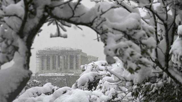 Yunanistanda son 12 yılın en sert kışı: 4 kişi öldü, 250 bin kişi karanlıkta
