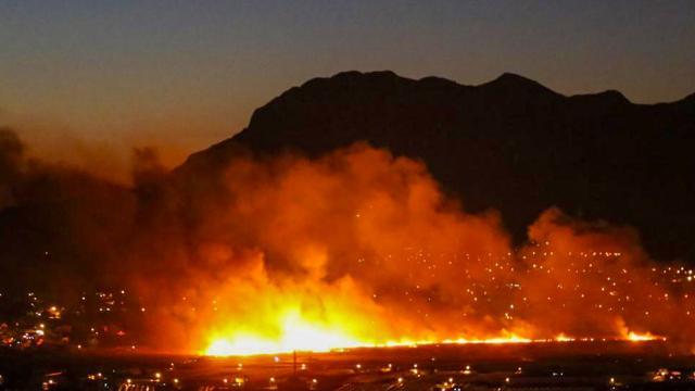 Antalyada sazlık alanda yangın: Rüzgar çalışmaları zorluyor