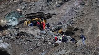Artvin'de iş makinesinin devrilmesi sonucu 1 işçi öldü, 1 işçi yaralandı