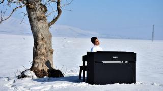 """""""Kusursuz kulak"""" Bager, Muş Ovası'nda piyano çaldı"""