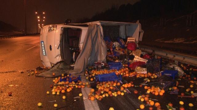 Otomobil ile çarpışan meyve yüklü kamyonet yan yattı