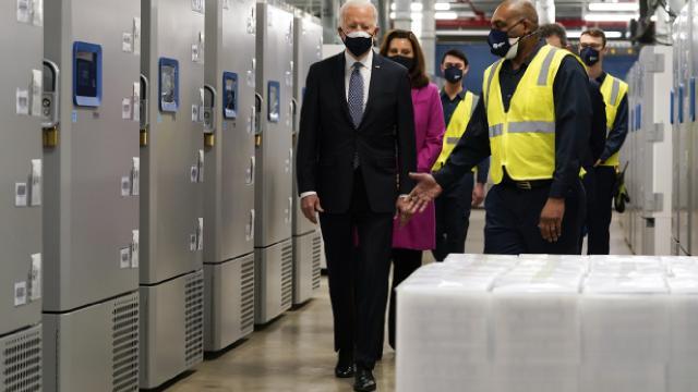 ABD Başkanı Biden Pfizerın aşı fabrikasını ziyaret etti