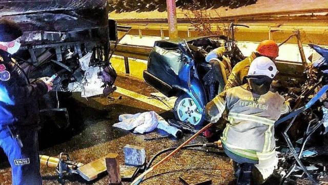 Ters yöne giren araç otobüsle çarpıştı: 2 ölü, 10 yaralı
