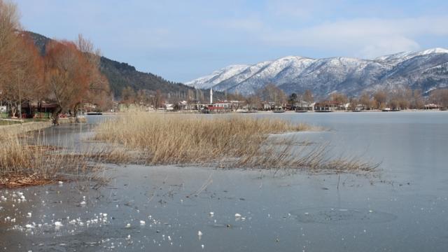 İzmirdeki Gölcük Gölü buz tuttu
