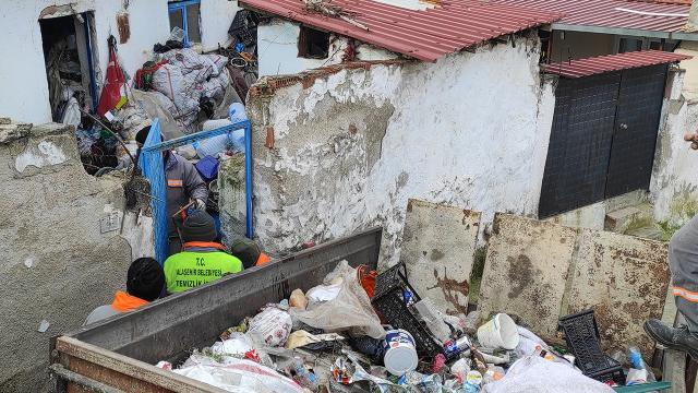 3. kez temizlenen evden 5 traktör dolusu çöp çıktı