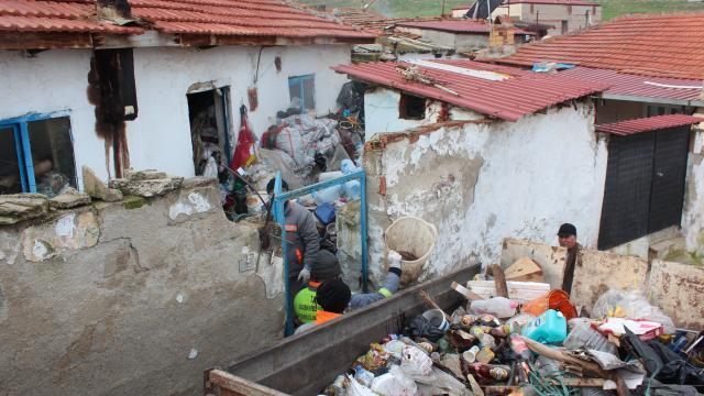 Manisada çöp evlerden 20 traktör çöp çıkarıldı