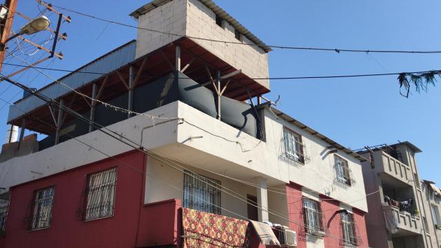 Adanada eşi tarafından darbedildiği öne sürülen kadın üçüncü kattan atlayarak yaralandı