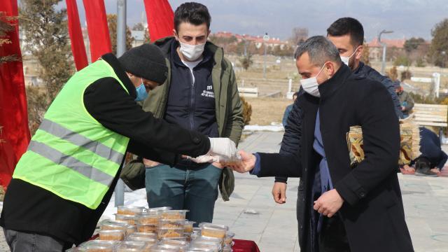 Erzincan Belediyesi Gara şehitleri için helva dağıttı