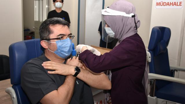 Erzurum Valisi Okay Memiş, Covid-19 aşısı yaptırıp vatandaşları aşı olmaya davet etti