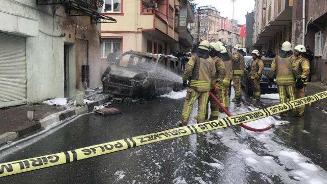 Kağıthanede otomobil doğal gaz kutusuna çarptı