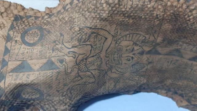 İbranice yazıları olan tarihi eser niteliğinde piton yılanı derisi ele geçirildi