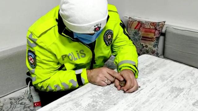Malatyada donmak üzere olan serçeye polisten şefkat eli