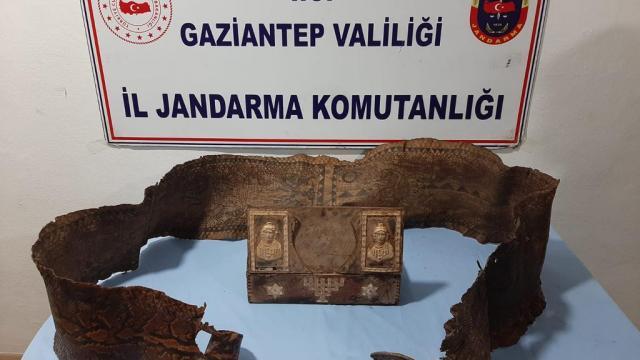 Gaziantepte üzerinde İbranice yazıların bulunduğu tarihi eser niteliğinde piton yılanı derisi ele geçirildi