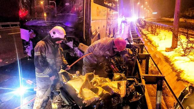 Bursada yolcu otobüsü ile otomobilin çarpışması sonucu iki kişi yaşamını yitirdi, 10 kişi yaralandı