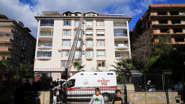 Antalyada bir binanın çatı katında çıkan yangın hasara yol açtı
