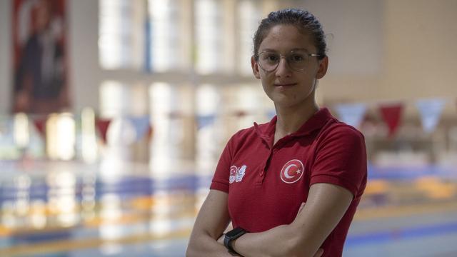 Milli yüzücü Beril Böcekler olimpiyat A barajını geçti
