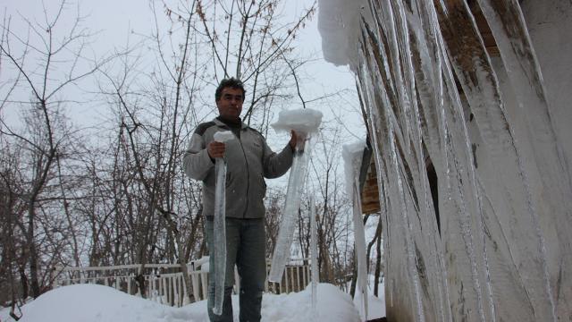 Hakkaride 2 metrelik buz sarkıtları oluştu