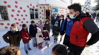 Gönüllü gençler kış şartlarında köylerdeki çocukların içini ısıttı