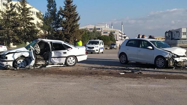 Gaziantepte iki otomobil kafa kafaya çarpıştı: 1 ölü,4 yaralı